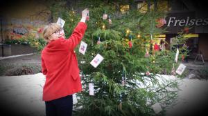Astrid pynter til jul og sprer informasjon om kapitalflukt