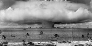 Eksplosjon over Bikini-øya, en del av Marshalløyene i Stillehavet. Foto: US. Departement of Defense