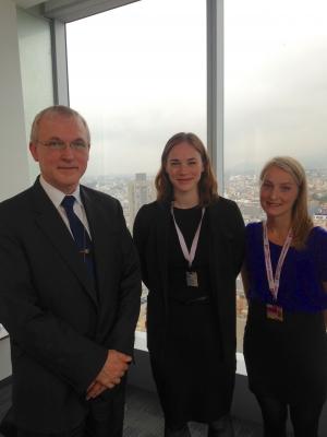 Maren Hemsett og Tuva Widskjold møtte Det internasjonale pengefondets nordisk-baltiske styrerepresentant Audun Grønn